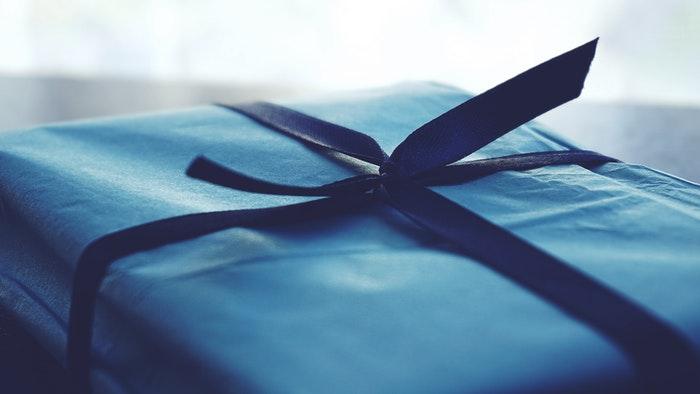 Blå gave med flot bånd
